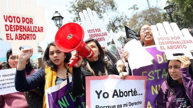 Resultado de imagen para Feministas en acción contra el Congreso peru